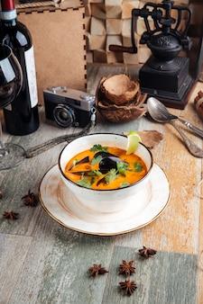 Аппетитные морепродукты том ям суп