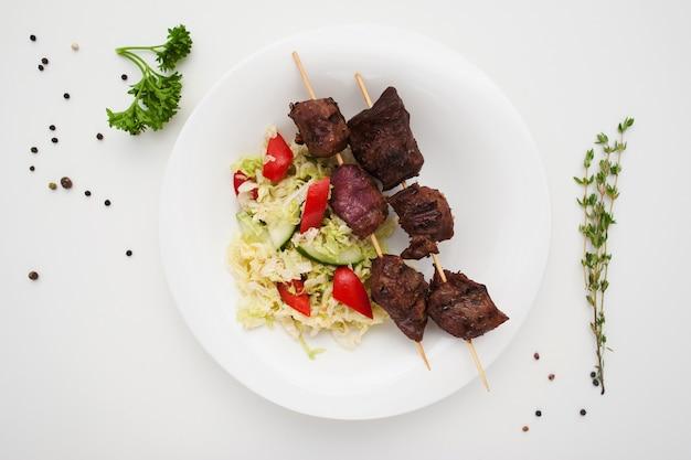 접시에 샐러드와 함께 식욕을 돋 우는 shashlik
