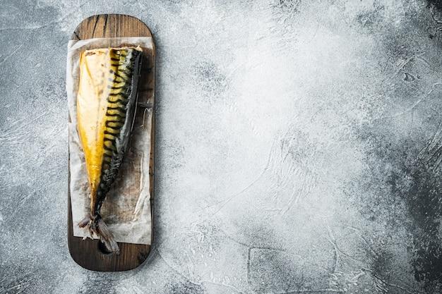 Аппетитная копченая рыбная скумбрия, на сером столе, плоский вид сверху