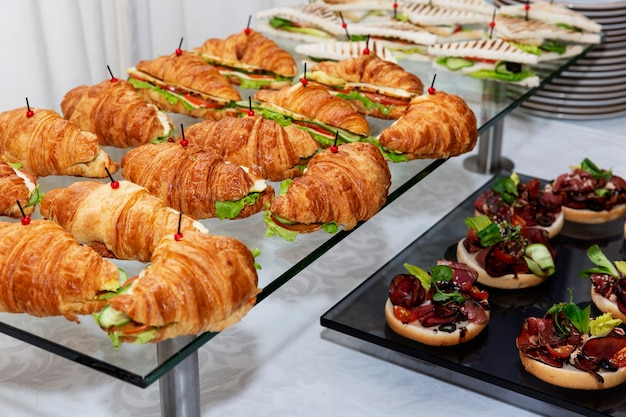 Аппетитные закуски на столе. питание для деловых встреч, мероприятий и торжеств.