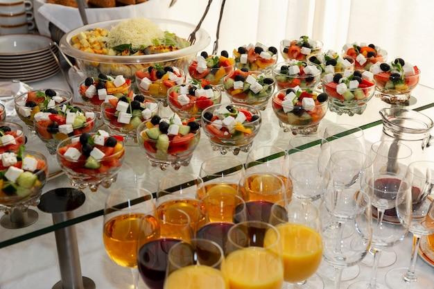 テーブルの上の食欲をそそる軽食。ビジネスミーティング、イベント、お祝いのケータリング。
