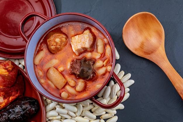 Аппетитная ложка блюдо. астурийская фабада, типичное блюдо астурии (испания).