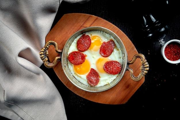 식욕을 돋우는 터키 식 아침 식사 요리-블랙 프라이팬에 수 죽을 넣은 스크램블 에그