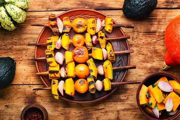 木製のテーブルで食欲をそそる野菜のケバブ