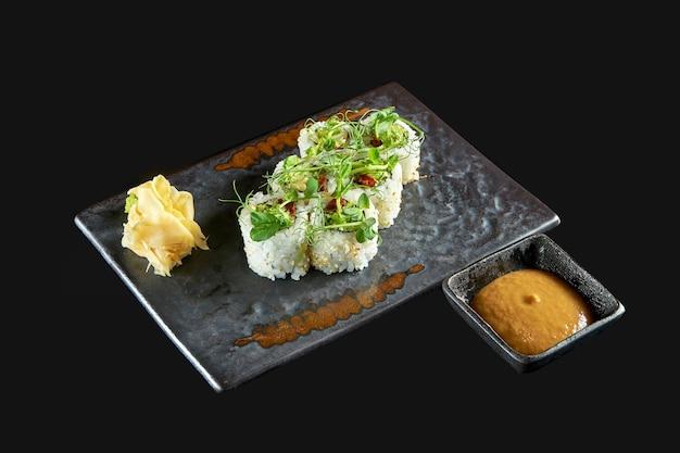 Аппетитный овощной суши-ролл с авокадо и огурцом, подается на тарелке