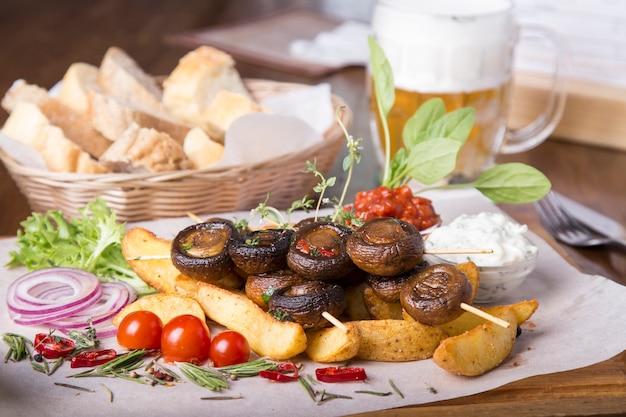 그릴에 구운 식욕을 돋우는 야채. 바베큐 버섯과 감자. 맛있는 간식