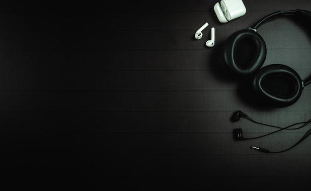 Вид сверху наушников apple airpods с пространством текста или сообщения для дизайна
