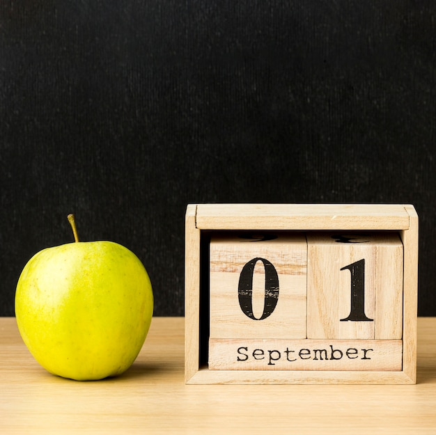 Apple и календарь для обратно в школу