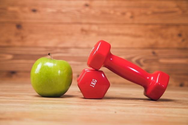 テーブルの上のリンゴとダンベル