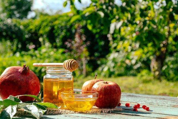Яблоко, мед и гранат, традиционное блюдо еврейского нового года - рош ха-шана.