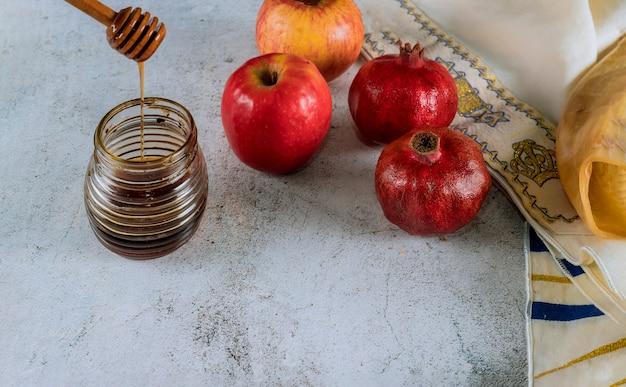 Яблоко и мед, кошерная традиционная еда еврейского нового года рош ха-шана, талит и шофар