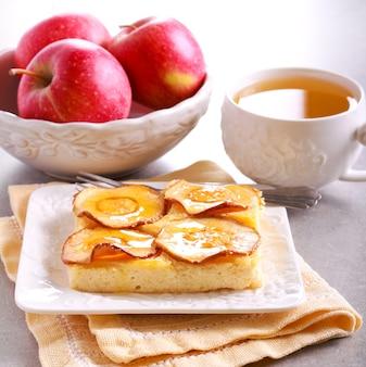 접시에 사과와 꿀 토핑 치즈 케이크 슬라이스