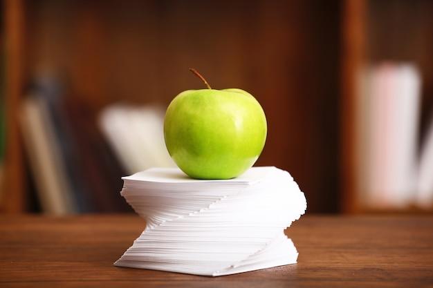 방에있는 테이블에 사과와 종이