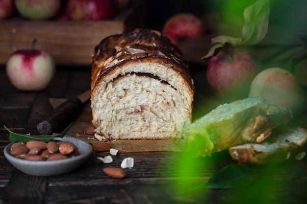 나무 테이블에 계피와 애플 바브카 빵