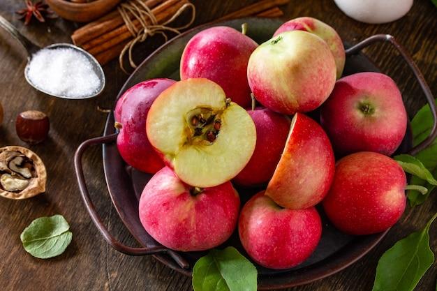 アップルベーキング季節のコンセプト木製テーブルの上のアップルパイのクローズアップの材料