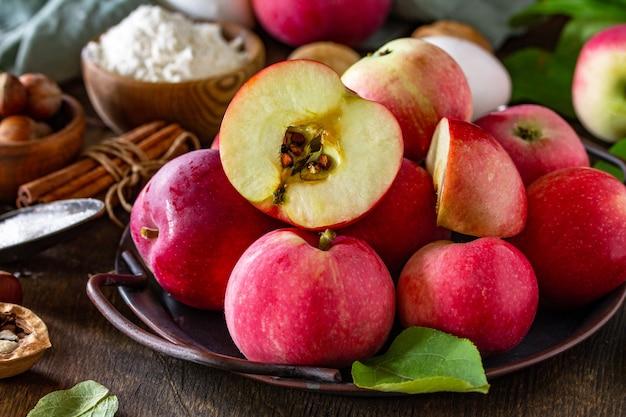 アップルパイのクローズアップのためのアップルベーキング季節のコンセプト成分