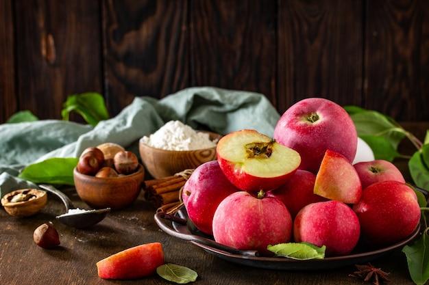 アップルベーキング季節のコンセプト素朴な木製テーブルのアップルパイの材料コピースペース