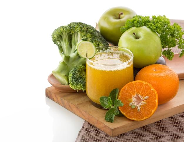 分離されたリンゴ、ブロッコリー、オレンジミックスジュース