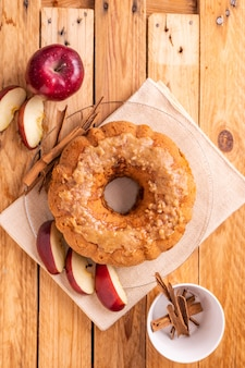 사과 조각과 계 피 근처 사과 케이크