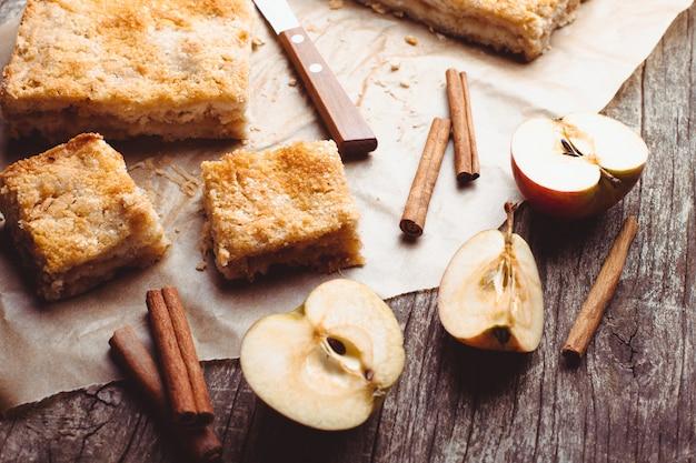 テーブルの上にすりおろしたリンゴとシナモンのアップルケーキ