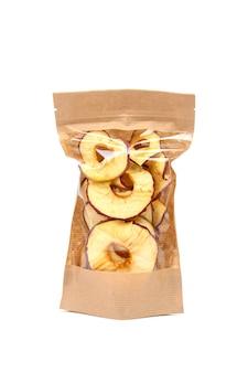 白い壁に隔離された紙の包装のリンゴチップ