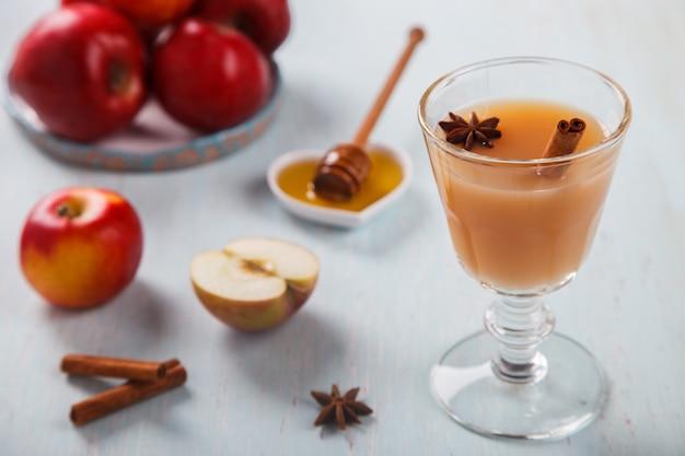 Яблочный напиток, сок, сидр со специями