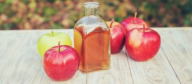 瓶の中のリンゴ酢。セレクティブフォーカス。