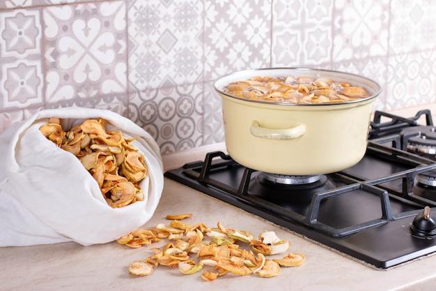 リンゴのコンポートは、クローズアップのストーブの鍋で調理されます。おいしい自家製コンポートを調理します。