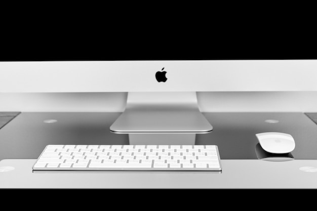 Apple computer imac 27 retina display 5k keyboard and magic mouse on black table