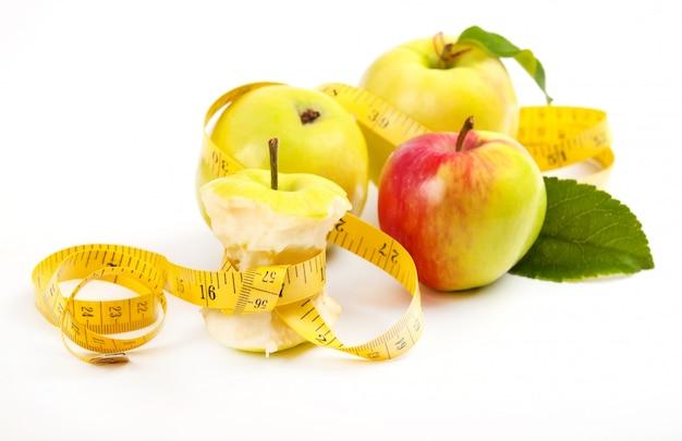 Яблоко ядро и измерительная лента. концепция диеты