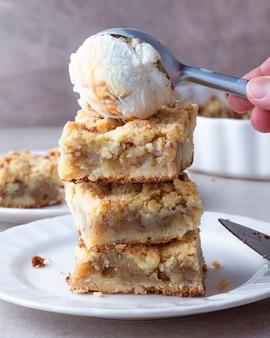 上にアイスクリームとリンゴのクランブルパイの山