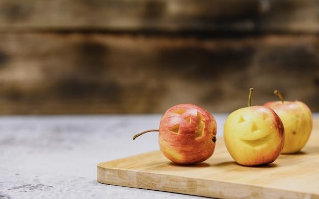 Apple 얼굴은 할로윈 축제 휴가를 위해 만듭니다. 가을과 가을 수확의 계절.