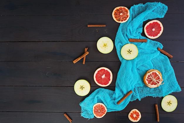 リンゴ、グレープフルーツ、シナモンの青い布