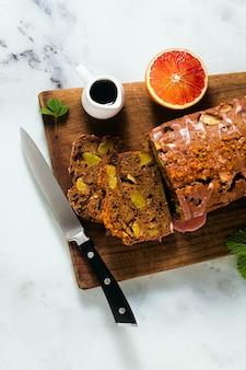 アイシングとエスプレッソコーヒーを添えたアップル自家製ビーガンローフケーキ。健康的な朝食または軽食