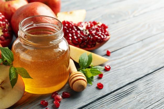Яблоко, мед и гранат на дереве, крупным планом. домашнее лечение