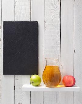 木製の背景の棚にリンゴジュース