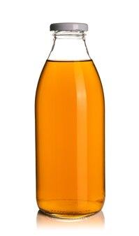 Яблочный сок в стеклянной бутылке изолированного на белой поверхности