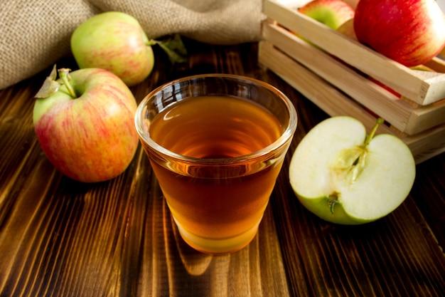 茶色の木のガラスのリンゴジュース