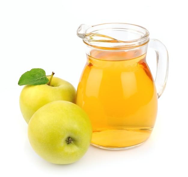 白い背景の上のリンゴジュース。ドリンク