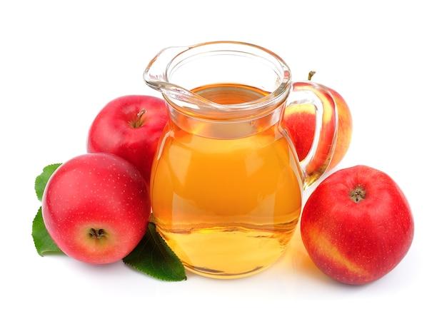 白い壁にリンゴジュースをクローズアップ。
