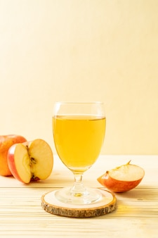赤いリンゴの果実とリンゴジュース