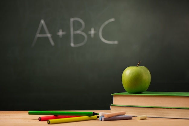 Aacher 책상에 책에 애플입니다. 학교 개념으로 돌아가기