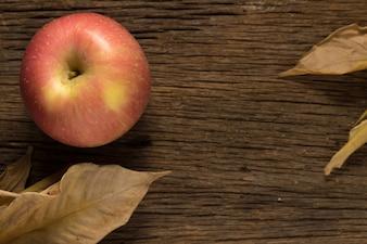古い木製の上にリンゴ。朝
