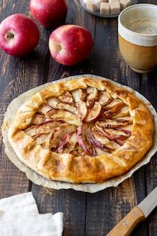 애플 오픈 파이 또는 갈렛. 빵 굽기. 채식주의 자 음식.