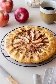 Яблочный открытый пирог или галет. выпечка. вегетарианская пища.