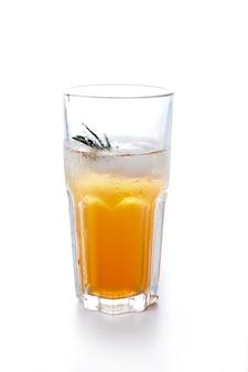 アップルまたはブドウはガラスのジュースを透明にした