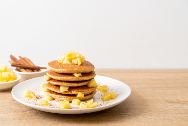 リンゴのパンケーキまたはリンゴのクレープとシナモンパウダー