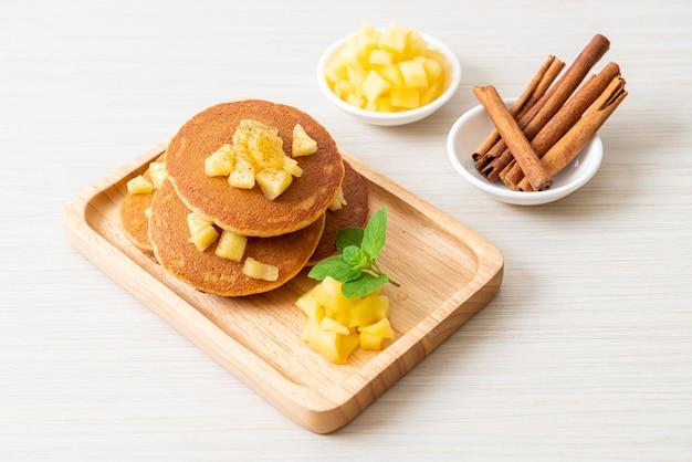 リンゴのパンケーキまたはリンゴのクレープとシナモンパウダー Premium写真