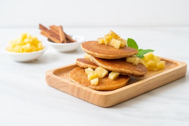 사과 팬케이크 또는 사과 크레이프와 계피 가루