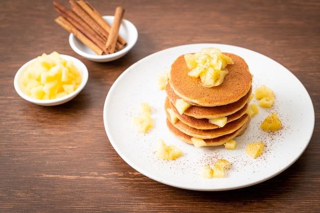 シナモンパウダー入りアップルパンケーキまたはアップルクレープ